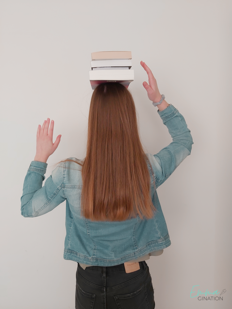 Emma met stapel boeken
